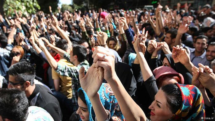 تظاهرات مقابل استانداری اصفهان: سوریه را رها کن فکری به حال ما کن